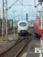 dusseldorf-hauptbahnhof/285782/eine-doppeltraktion-ice3-faehrt-am-3813 Eine Doppeltraktion ICE3 fährt am 3.8.13 in Düsseldorf ein. Soweit ich es erkennen konnte, kam der Zug aus Richtung Wuppertal, was beim Laufweg Dortmund-München doch eher ungewöhnlich ist.