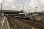 dusseldorf-hauptbahnhof/533554/an-der-spitze-einer-flirt3-doppeltraktion-verlaesst An der Spitze einer FLIRT3-Doppeltraktion verlässt 2429 004, einer der auch in den Niederlanden einsetzbaren Dreisystemtriebwagen, als RE19 nach Emmerich den Düsseldorfer Hauptbahnhof.