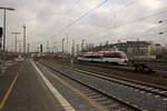 dusseldorf-hauptbahnhof/533664/der-regiobahn-vt-1012-wird-auf-dem Der Regiobahn-VT 1012 wird auf dem Weg nach Kaarst gleich in Düsseldorf halten.