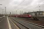 dusseldorf-hauptbahnhof/533670/423-258-und-ein-weiterer-423 423 258 und ein weiterer 423 erreichen auf dem Weg nach Bergisch Gladbach gerade Düsseldorf.