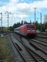 BR 101/284534/101-104-erreicht-mit-einem-intercity 101 104 erreicht mit einem Intercity nach Zürich Singen. Einzelne Gäucahn-ICs bestehehn tatsächlich nur aus drei Wagen - zumindest im deutschen Abschnitt. In Singen werden zwei Verstärkungswagen vorangestellt.