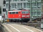 BR 111/285003/111-047-ist-am-3813-in 111 047 ist am 3.8.13 in Ulm abgestellt. Die Zugzielanzeige ist schon auf Lindau eingestellt. Ob die Lok diesen Bahnhof jedoch jemals aus eigener Kraft erreichen wird, steht in den Sternen.