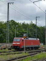 BR 152/611976/in-der-zufahrt-zum-ehemaligen-betriebswerk In der Zufahrt zum ehemaligen Betriebswerk in Bebra steht diese E-Lok der Baureihe 152 abgestellt.